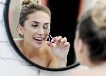 How To Use An Eyelash Curler featured image